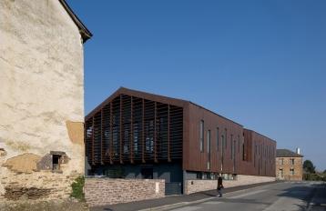 Lieu : Noyal-Châtillon-sur-Seiche (35) Maîtrise d'ouvrage : Ville de Noyal-Châtillon-sur-Seiche BET : Ouest-Structures - B.E.C. Surfaces : 920 m2 SHON Coût : 1 794 000 € HT Calendrier : 2009 Crédit photo : S. Chalmeau