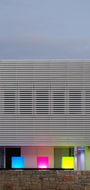 Lieu : Ploufragan (22) Maîtrise d'ouvrage : Saint Brieuc Expo Congrès BET : ARMOR-INGENIERIE / BSO Surfaces : 595 m2 SHON Coût : 900 000 € HT Calendrier : 2011 Crédit photo : AD&A